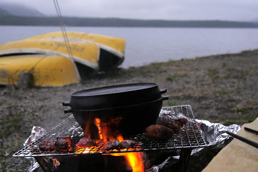 ダッチオーブンで作るキャンプ料理「鶏のマスタード焼き」