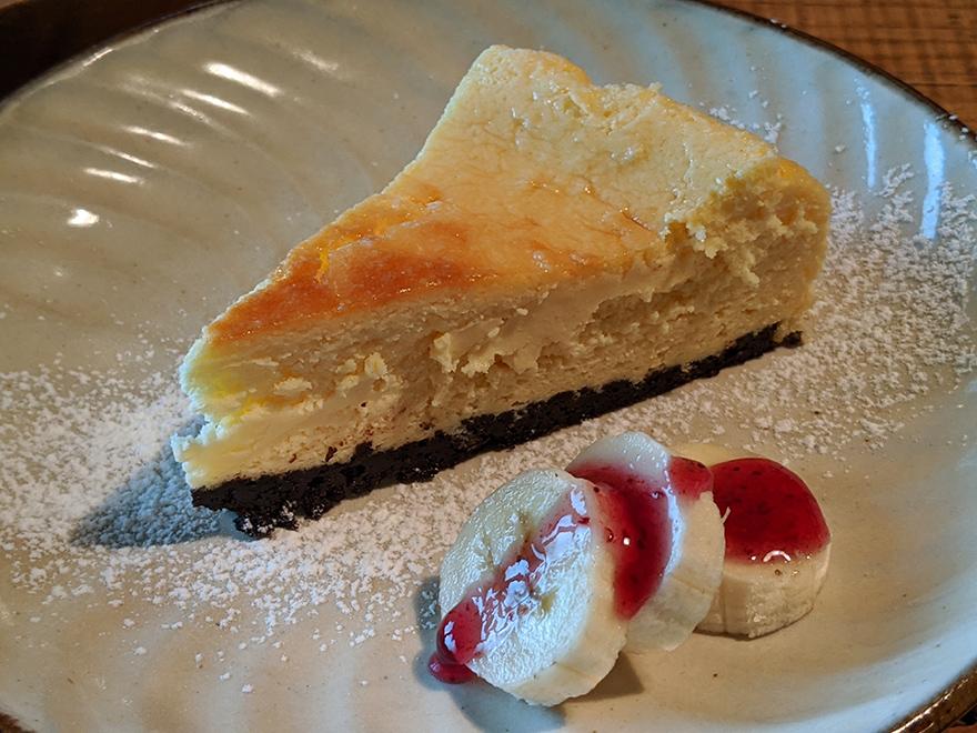 沖縄県本部町伊豆味の山中にある古民家カフェ「ハコニワ」のチーズケーキ