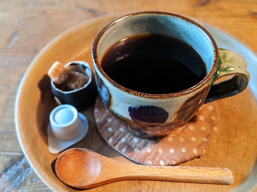 沖縄県本部町伊豆味の山中にある古民家カフェ「ハコニワ」のコーヒー