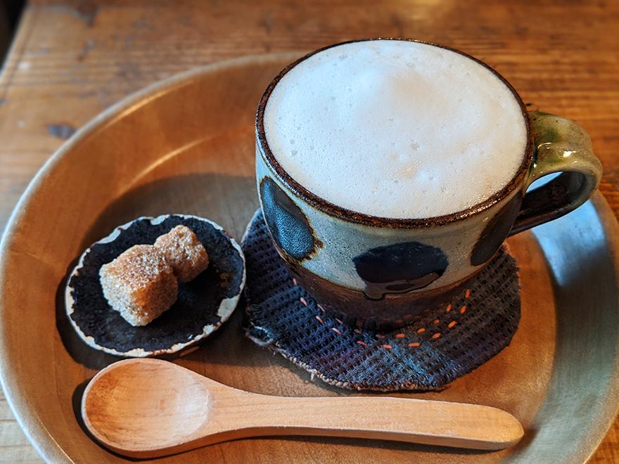 沖縄県本部町伊豆味の山中にある古民家カフェ「ハコニワ」のカフェラテ