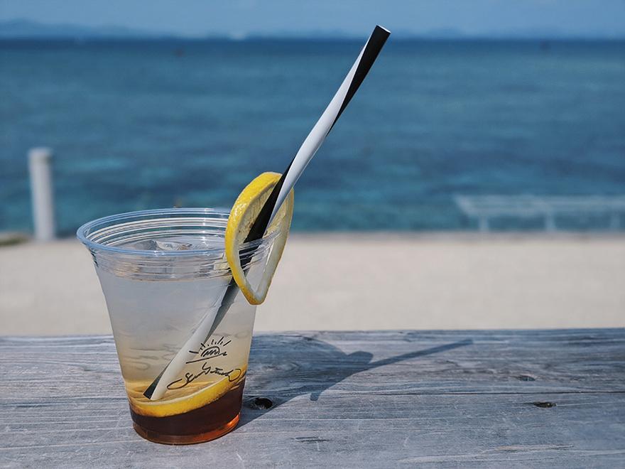 沖縄県うるま市 海の駅あやはし館の一角にあるカフェ「Sunstache Coffee ,Bay(サンスタッシュコーヒー ベイ)」のレモネード