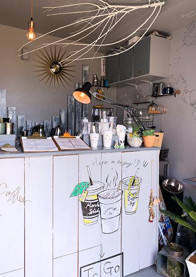 沖縄県うるま市 海の駅あやはし館の一角にあるカフェ「Sunstache Coffee ,Bay(サンスタッシュコーヒー ベイ)」のコーヒーとレモネード