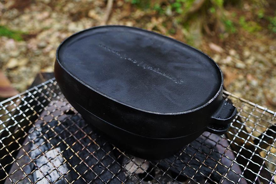 キャンプでスノーピークのダッチオーブンで作る鶏肉のマスタード焼きの料理