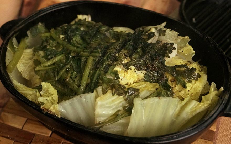 キャンプでスノーピークのダッチオーブンで作る白身魚とアサリと白菜と春菊の料理