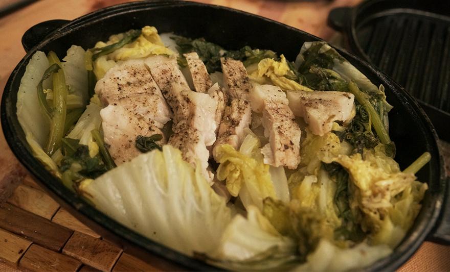 キャンプでスノーピークのダッチオーブンで作る自家製パンチェッタと白菜と春菊の料理