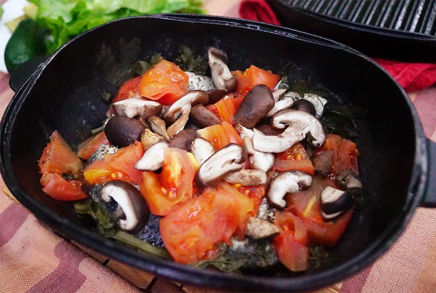 キャンプでスノーピークのダッチオーブンで作る秋刀魚としいたけとトマトと青菜の料理