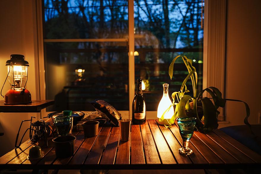 家キャンプ中にランタンを灯す