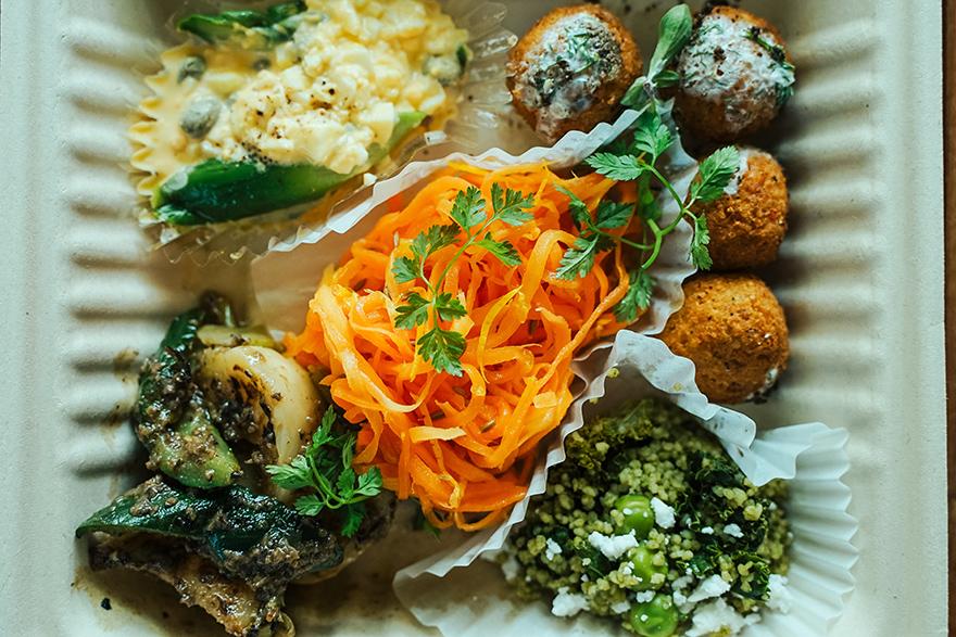 家キャンプで代々木上原のフレンチ「aeru」の前菜を食べる