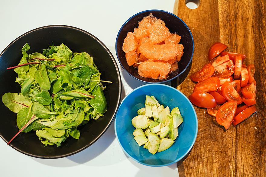 ピンクグレープフルーツとアボガドとトマトのサラダ