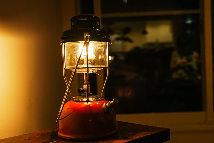 家キャンプでランタンを灯す