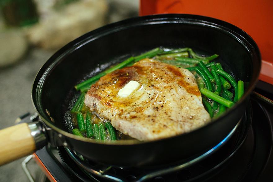 フライパンでつくるキャンプ料理「ジンジャーポークソテー ニンニクの芽添え」