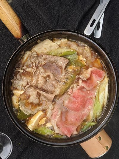フライパンでつくるキャンプ料理「秋鮭と牛肉のすき焼き」