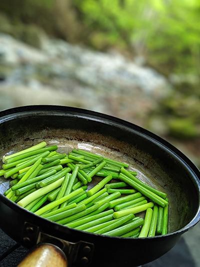 キャンプ 料理 豚肉 ニンニクの芽 炒め スノーピーク snowpeak フィールドクッカー