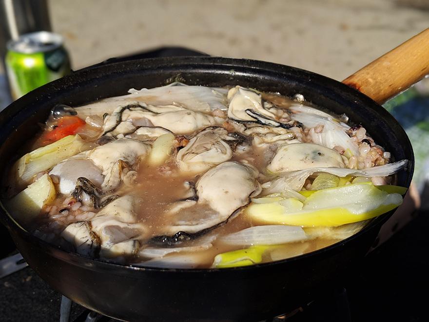 フライパンでつくるキャンプ料理「牡蠣と牛肉のすき焼き」