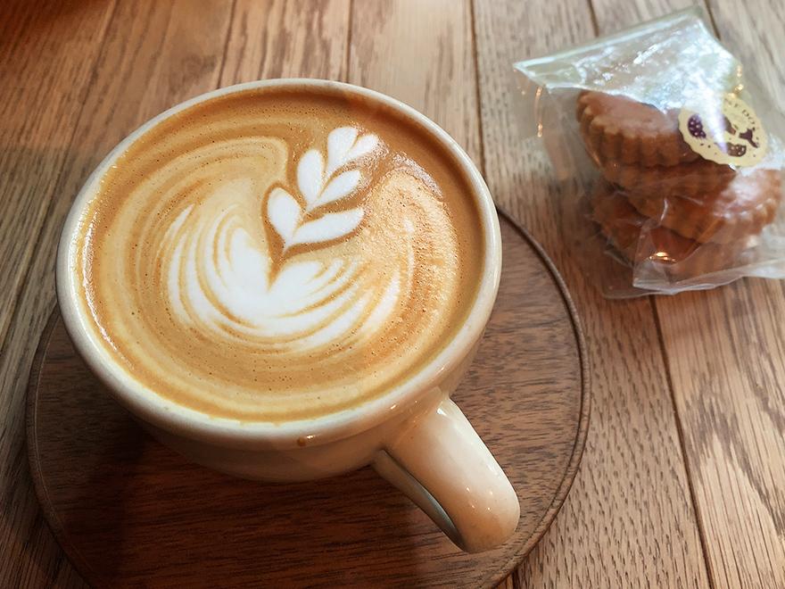 パドラーズコーヒーのカフェラテとkinonedoのクッキー